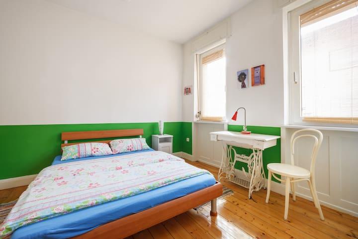 Schlafzimmer. 4x4m. Inzwischen gibt es noch hübsche Vorhänge. Schlafzimmer ist seperat und hat eine Tür sowie Rollläden zum kompletten Abdunkeln. Nachts ist es sehr ruhig. Die Matratze ist eher hart als zu weich (Man liegt nicht durch) Sommer/Winterbettwäsche.