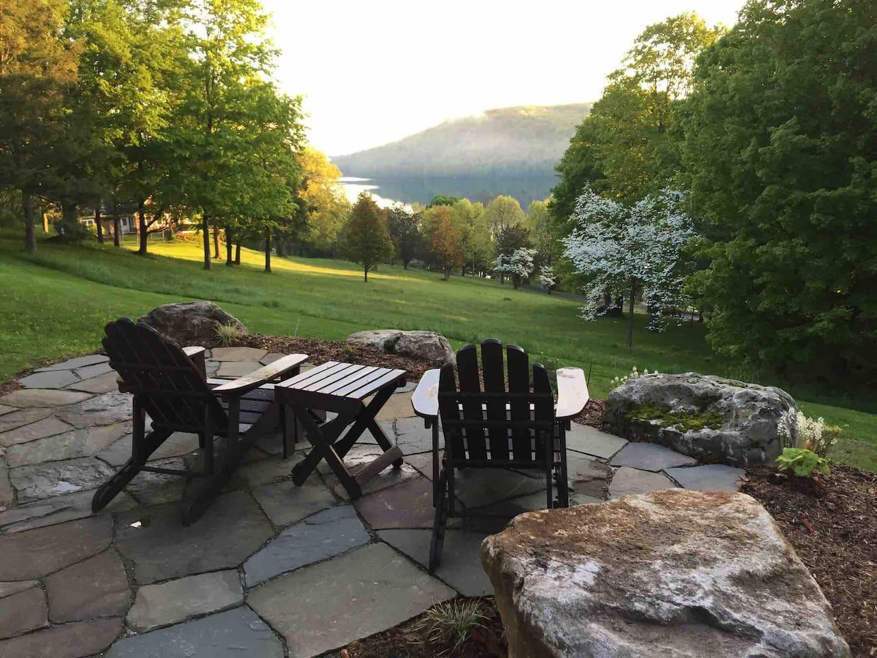 Relaxing lake-view retreat