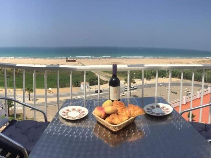 Apartment directly on the beach of Conil, terrace with great views, sleeps 4.