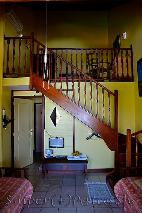 espace salon , mezzanine , 2 canapés lit