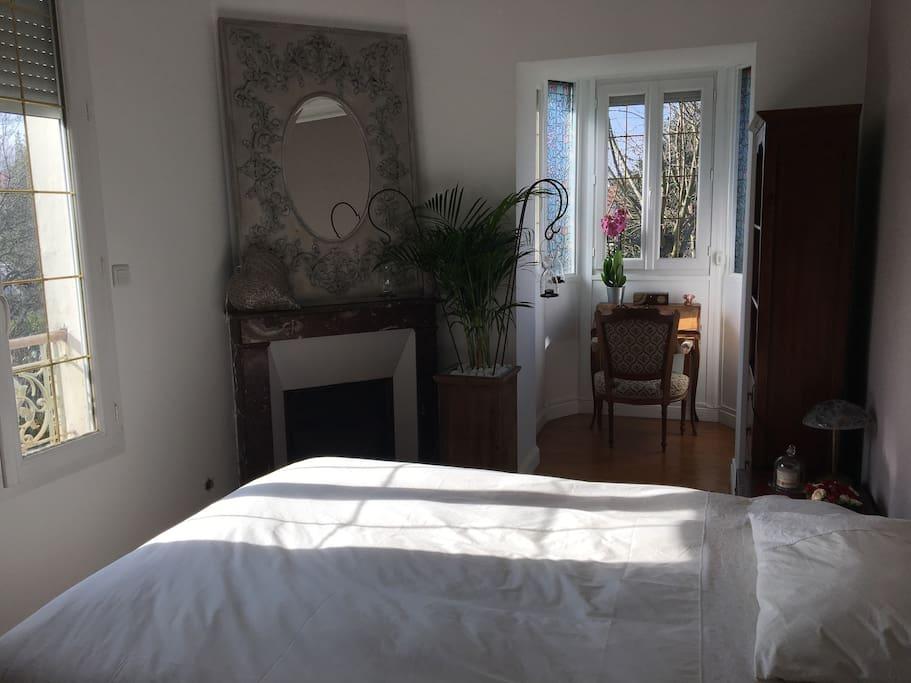 La chambre, très calme, donne sur le jardin de derrière.
