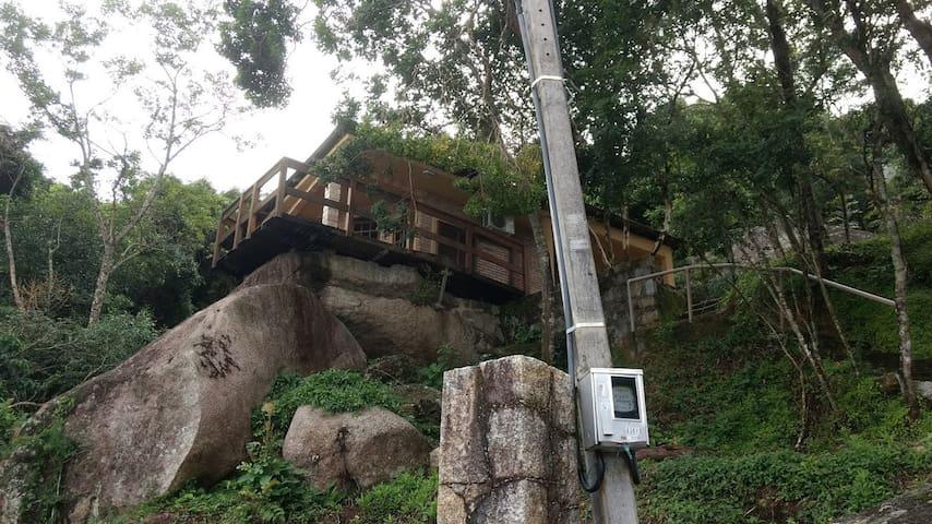Casa na pedra de frente para o mar do Sambaqui