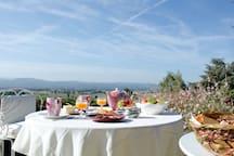 Petit déjeuner en terrasse...