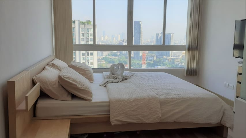 Amazing View Flat next to BTS, Pool & Fitness