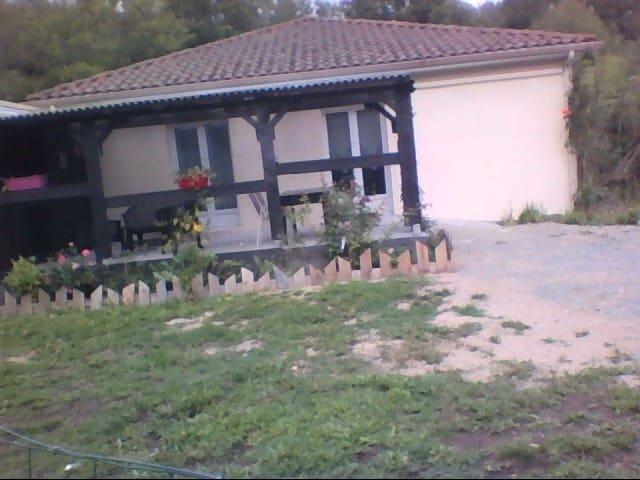 F1 noir/anis, avec terrasse couverte et jardin (E) - Compreignac