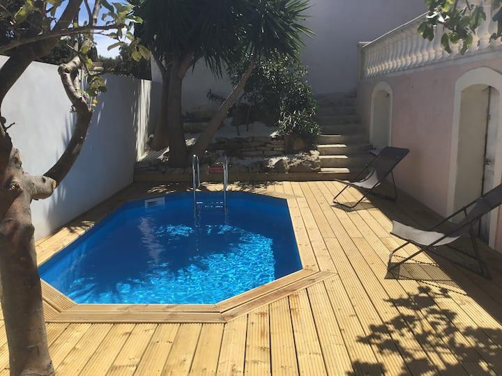 Maison plain pieds vue sur collines piscine privee