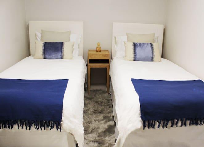 Chambre Roselyne. 12m2 avec deux lits jumeaux et petit balcon prive.