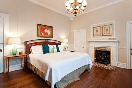Spacious Room in historic, family-operated home - Bell Buckle