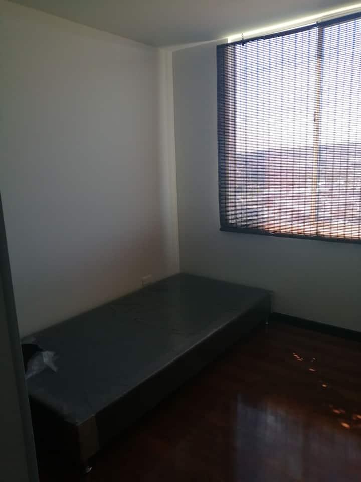 Habitación en cómodo apartamento.