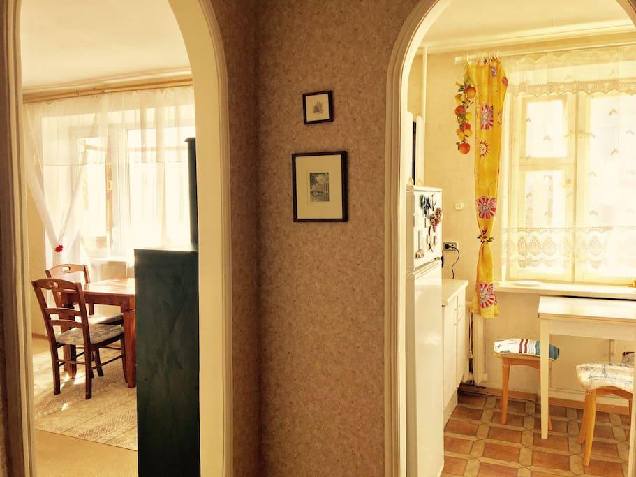 Вид из прихожей на кухню и зал.