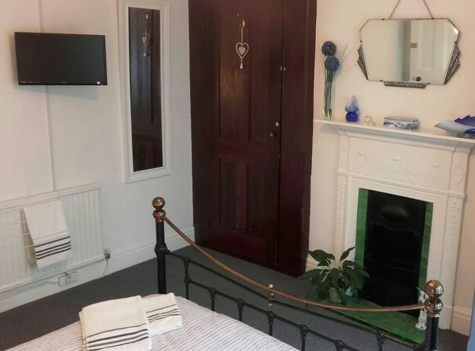 Fresh towels, Wifi and TV in spacious double room