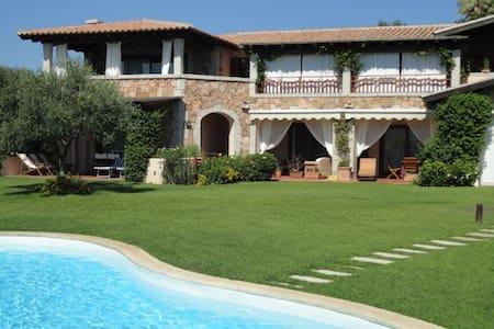 Appartamento a due passi dal mare con piscina.