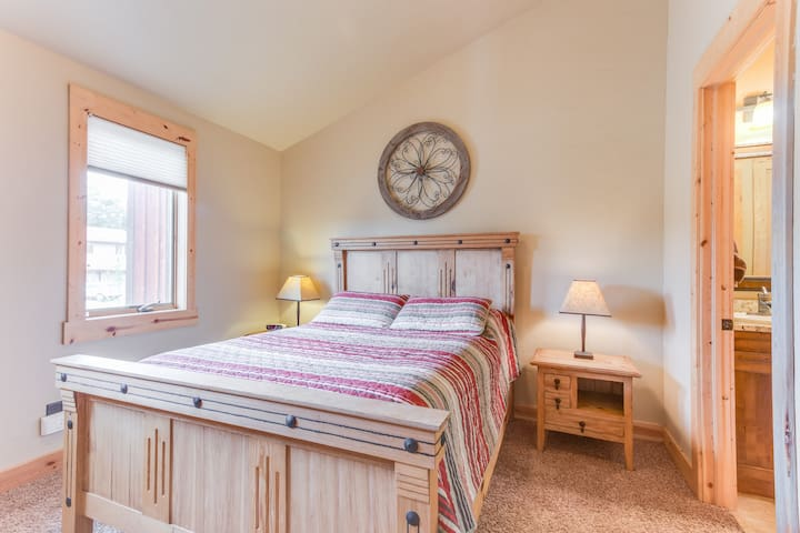 Queen bedroom with shared bath
