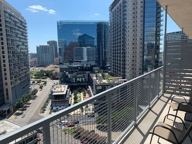 PENTHOUSE VIEWS 1BD/1B High-rise