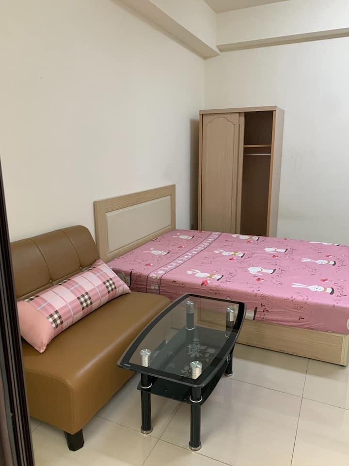地點:善化 獨立洗衣機 專用機車位  有陽台 樓層:1樓 家具:沙發茶几 齊全
