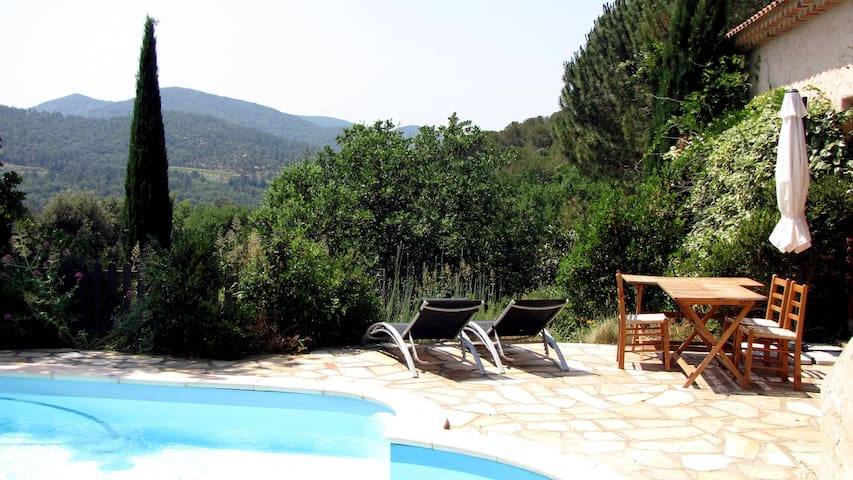 Piscine, terrasse et Vue