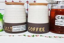 Lasciamo a disposizione dei nostri ospiti: sale grosso, caffè, caffè solubile, zucchero e sale fino negli appositi barattoli con etichette bilingue (italiano e inglese)