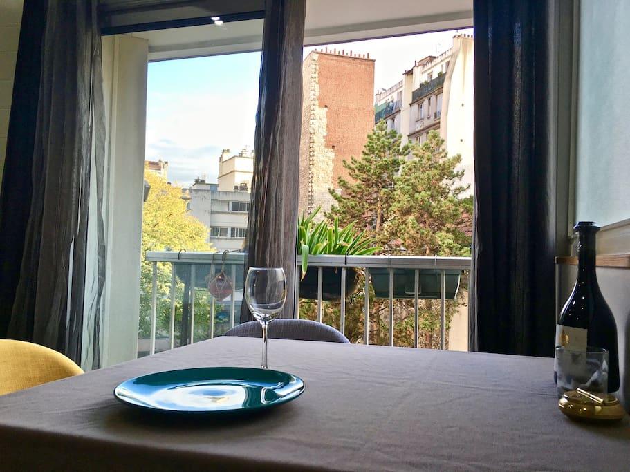 Coin repas avec balcon