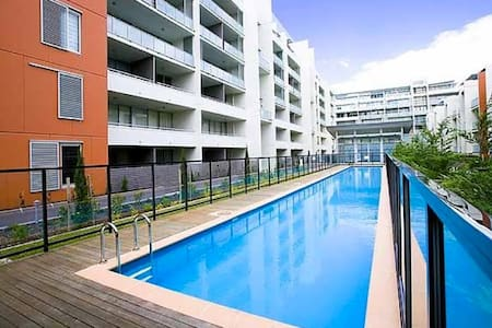 Central, chic one-bedder - close to everything! - Rosebery