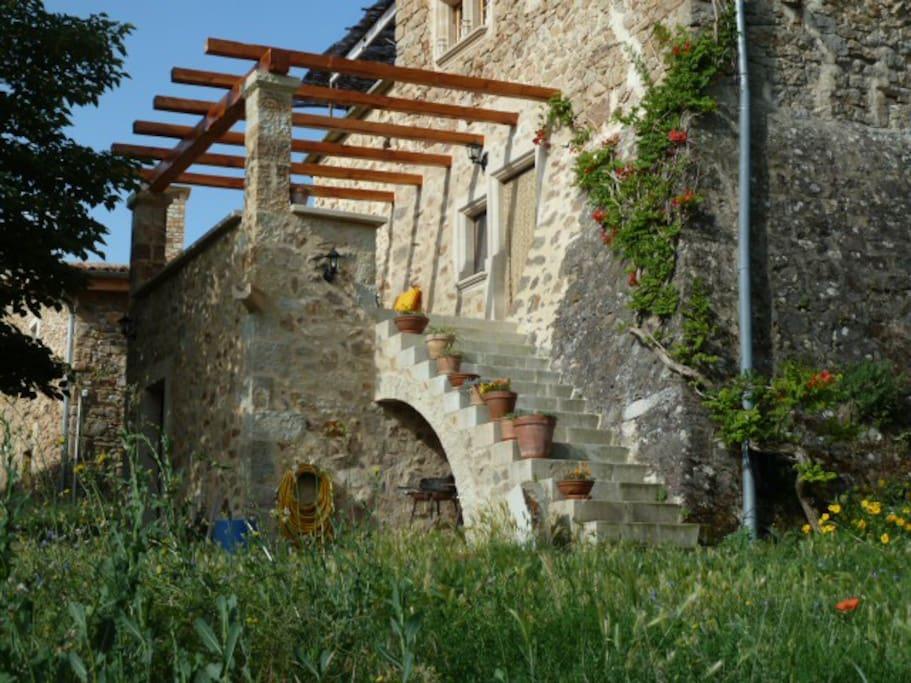 L'entrée indépendante qui mène à la terrasse et à votre chambre.