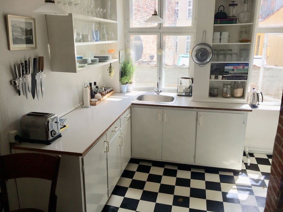Cute kitchen with the perfect morning light. Fully equipped with dishwasher, fridge, freezer, micro wave oven and speakers of course :)