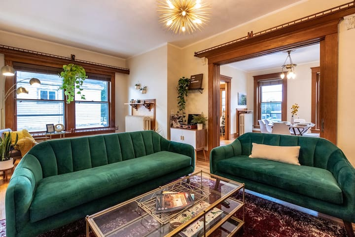Mid Century Eclectic APT Steps From Downtown