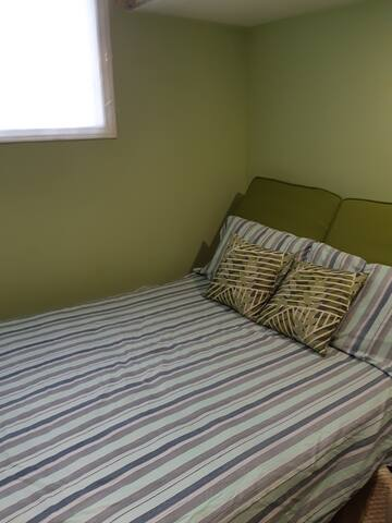 Comfy bed 15 min to the 400 at Innisfil Beach Road