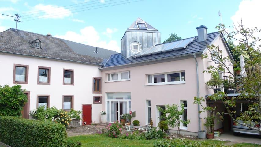So sieht das Haus von vorne aus, wenn ihr mich sucht, an der grossen Glastüre klingeln.
