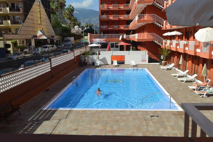 Bonito y céntrico apartamento con piscina ( wifi )