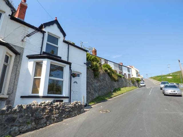 HIGHGATE COTTAGE, pet friendly in Llandudno, Ref 927649