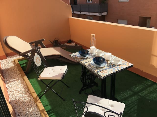 BUHARDILLA CON TERRAZA E INVITACIÓN PARA FERIA - Bormujos - Townhouse