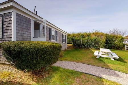 Sweet cottage 300 feet from the beach w/ outdoor shower & grill - dogs OK!