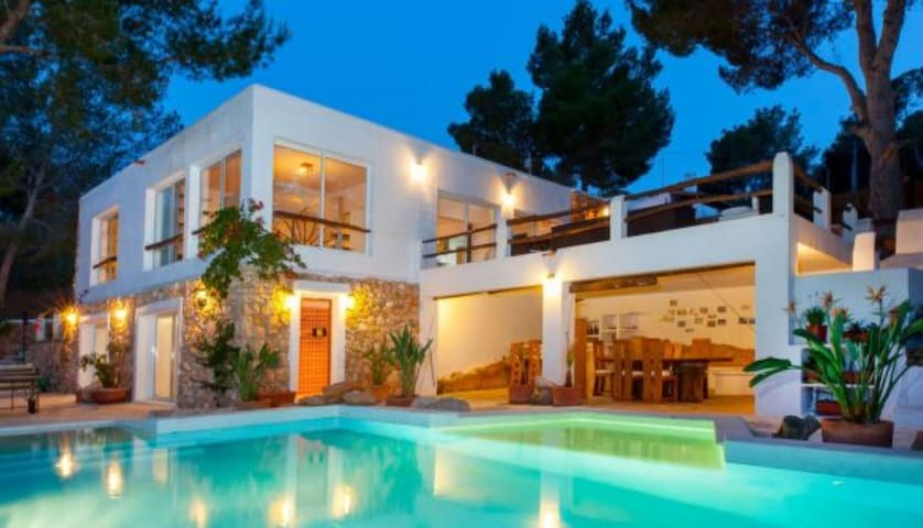 Modern Villa with Pool, Wi-Fi, Sun Terrace and Garden; Parking Available