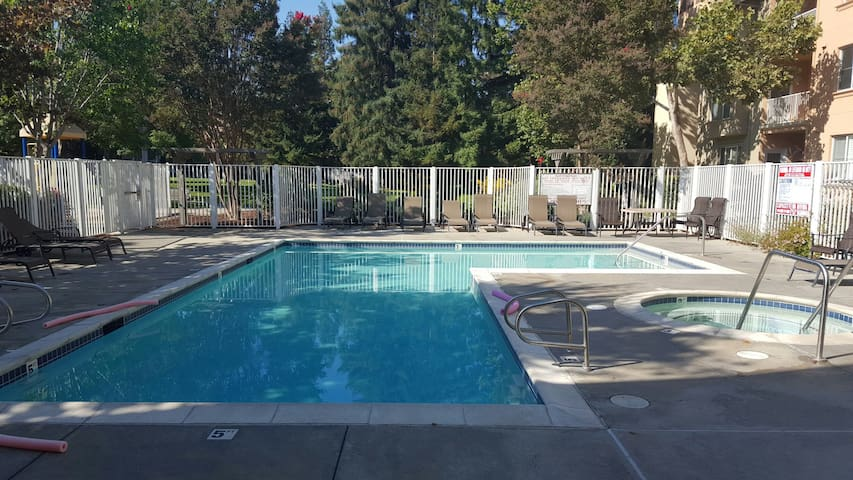 Spacious Mountain View Condo by Caltrain with Pool - Mountain View - Byt