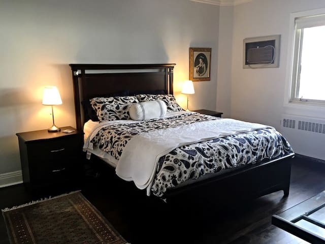 Spacious Private Room Steps from Metro - Montreal