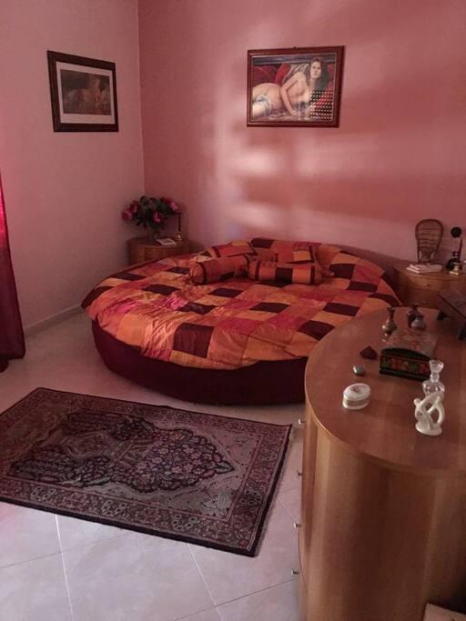 Altra camera da letto con letto rotondo
