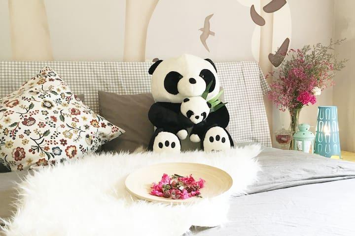 【长租特惠】宽窄巷子双地铁旁/全景落地大阳台/Panda Guest House