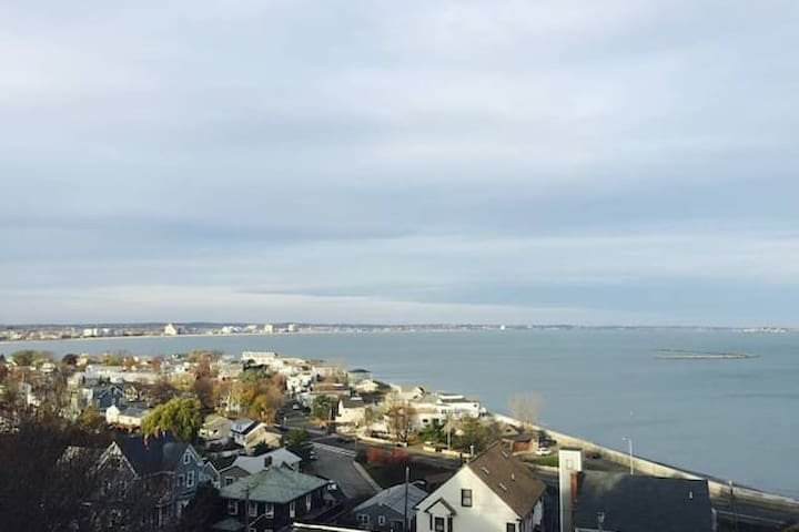 Oceanview Unit 2R for 10 mins to Boston /airport