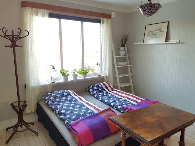 Sovrum 1 med 2 enkelsängar a 90 cm. Vi kan även ställa in en gästsäng a 80 cm eller resesäng, så ni kan sova 3 personer i rummet.
