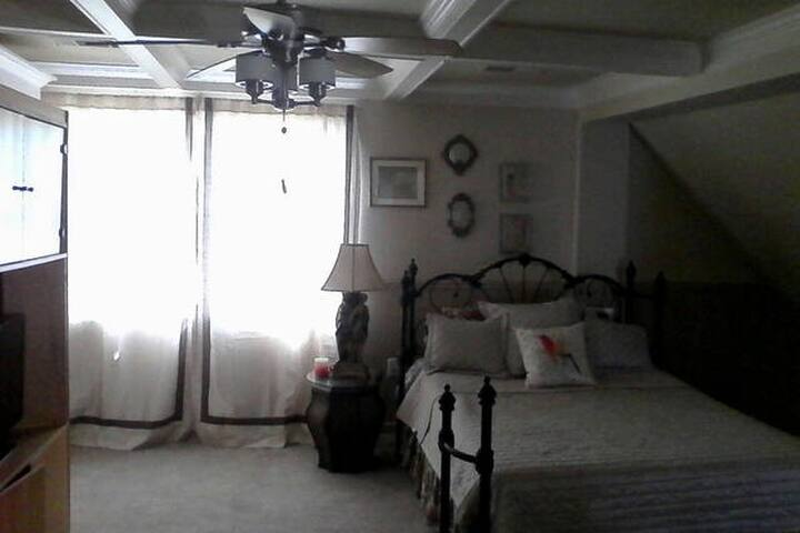 Beautiful Master Suite in Historic B&B - Douglasville - Bed & Breakfast