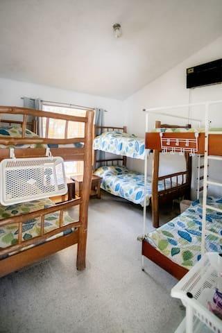 Habitación #3 con tres literas tamaño imperial