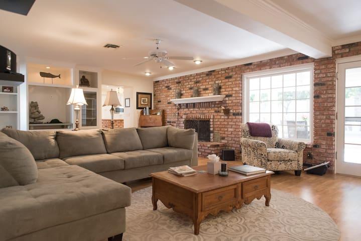 Romantic cozy home for couples. Close to LV Strip.