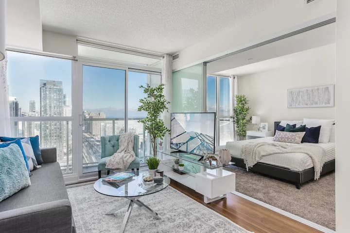 Luxury Condo by CN Tower | KING BED | FREE PARKING