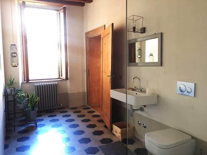 Charming and spacious room in a XV century palace