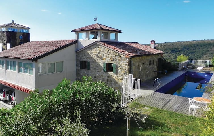 Holiday cottage with 5 bedrooms on 275 m² in Marezige
