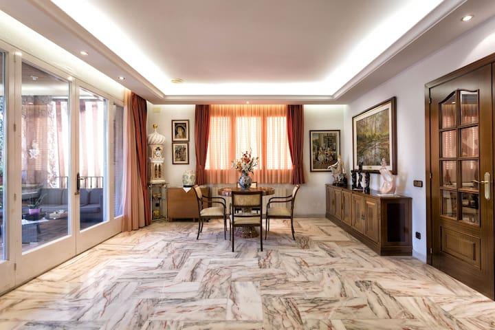 Main livingroom in the ground floor / Salón principal en la planta baja