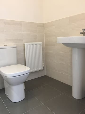 Modern Ensuite Double room close to Bristol & Bath