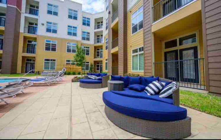Med center , luxury one bedroom , midrise .