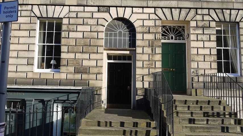Traditional tenement building in the heart of Edinburgh's New Town!