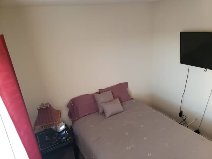 Clean, safe room in cozy home 6.3m from the Strip!